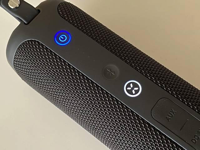 Tribit Stormboxの電源ボタンおよびX-Bassボタンの光り方