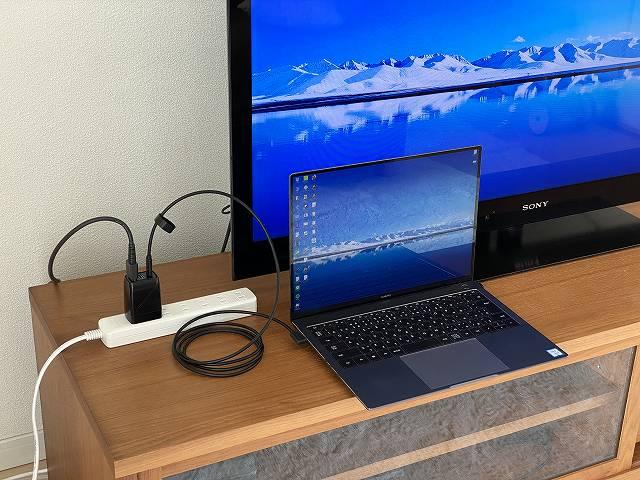 GENKI Dockを使ってモバイルノートPCをTVに接続した状態の画像