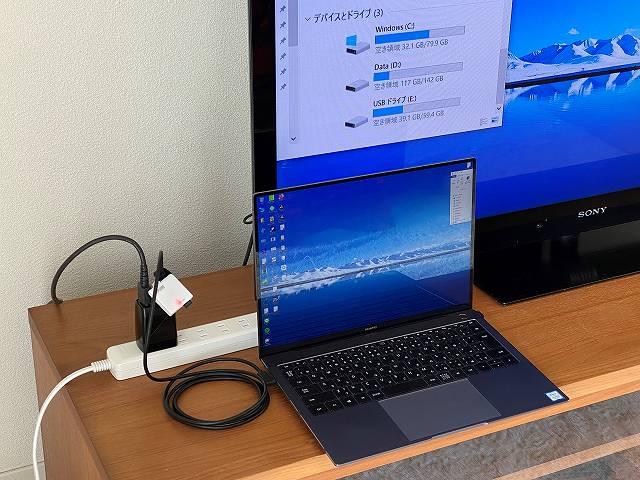 GENKI Dockを使ってモバイルノートPCをTVに接続しつつMicroSDカードを読み込んでいる画像