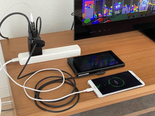 GENKI Dockを使ってSwitchをTVに接続しつつスマホを充電している画像