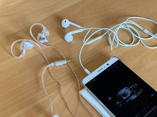 Apple純正イヤホンとSIMGOT MT3 PROを比較する画像