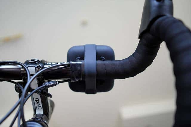 Tribit Stormbox Microを自転車のハンドルにつけた裏側部分の画像