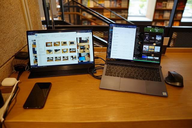 カフェでEVC-1506を使っている画像