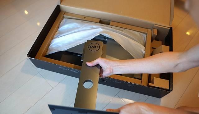 DELL U2720QMのモニタースタンドを取り付けようとしている画像