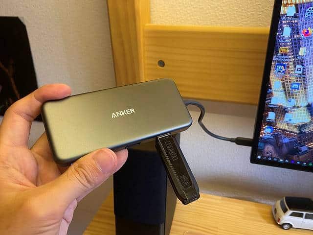 DELL U2720QMの左側面にあるUSBポートにTYPE-Cハブを接続している画像