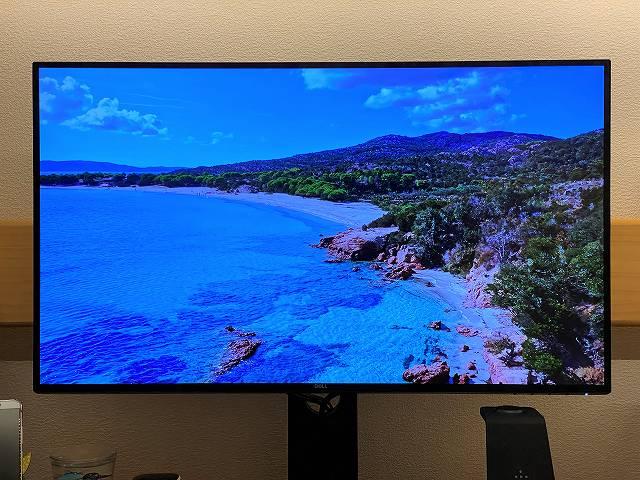 DELL U2720QMで青いビーチと空を撮している画像