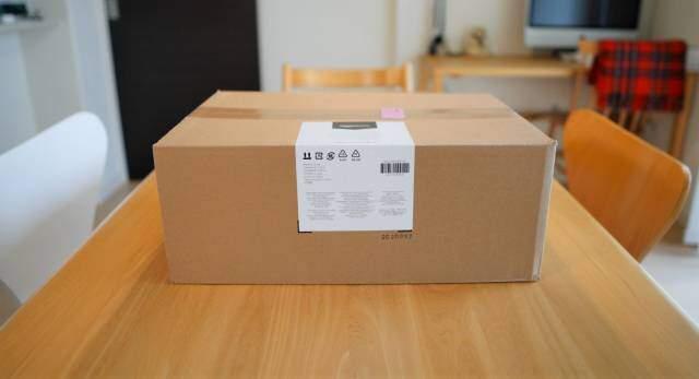 Amazonベーシック モニターアームの外箱画像