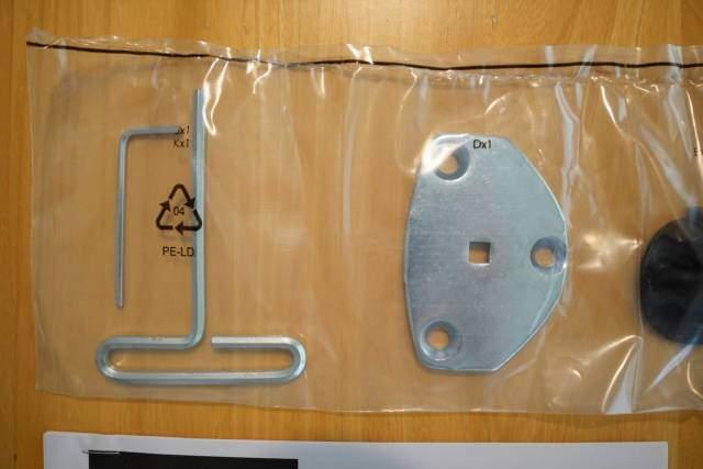 Amazonベーシック モニターアームの調節用六角レンチなどが梱包されている様子の画像