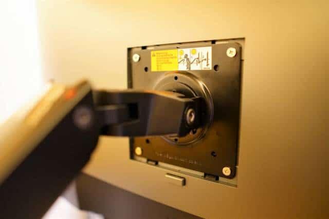 Amazonベーシック モニターアームのVESAマウント部をモニターに取り付けた部分の拡大画像