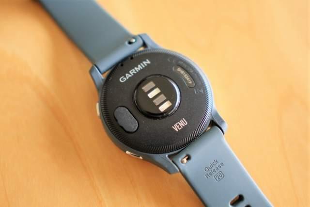 Garmin VENU の充電端子にカバーを被せた画像