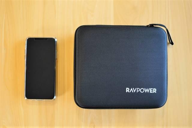 『RAVPower RP-PB055』のハードケースをiPhone 11 Pro Maxと比較した画像