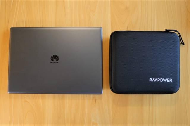『RAVPower RP-PB055』のハードケースを13インチのモバイルPCと比較した画像