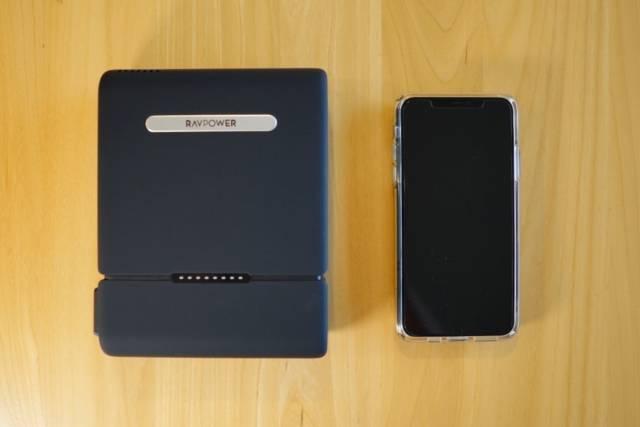 『RAVPower RP-PB055』をiPhone 11 Pro Max と比較した画像