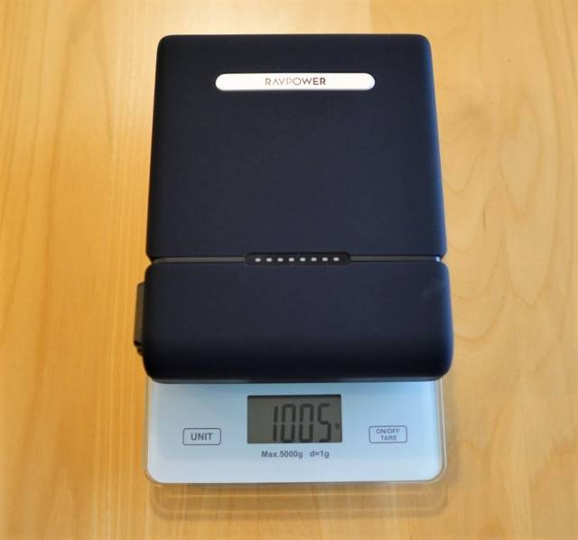 『RAVPower RP-PB055』の重さを比較した画像