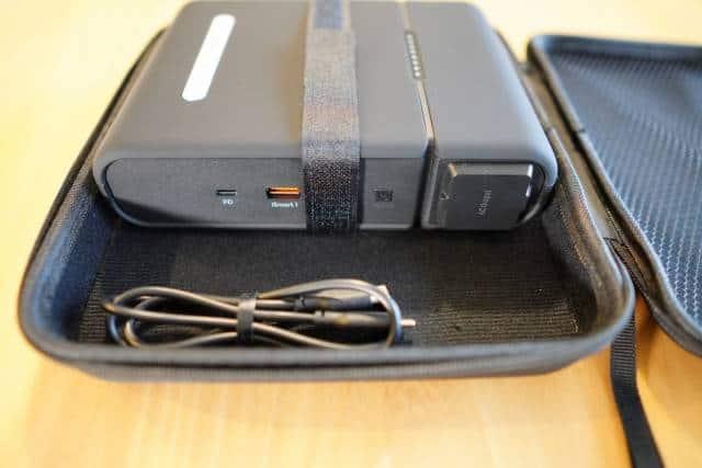 『RAVPower RP-PB055』のハードケースに入れたまま使えるかテストした画像