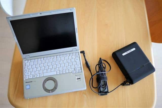 『RAVPower RP-PB055』のAC電源でモバイルPCを充電している画像