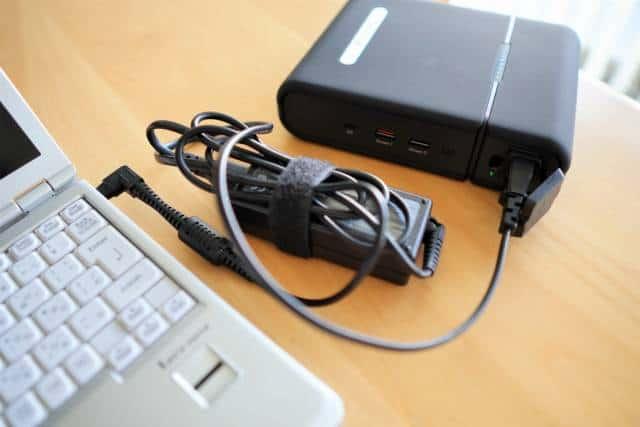 『RAVPower RP-PB055』のAC電源で電源アダプタしか使えないPCに充電している様子の画像