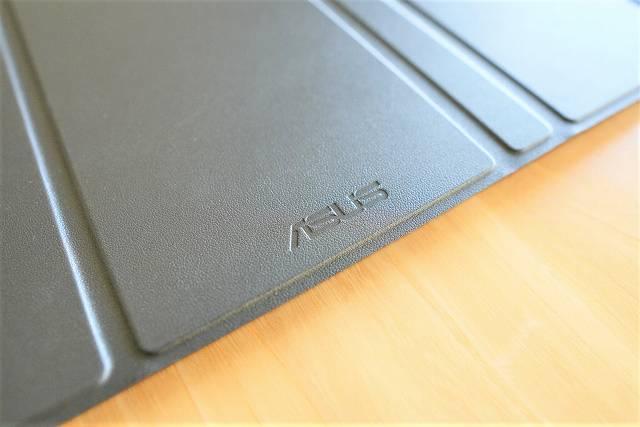 ASUS MB16ACE のスタンドカバーの素材感はレザー調