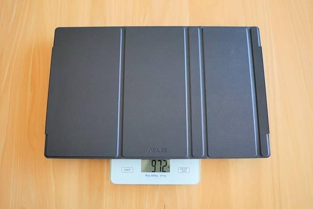 ASUS MB16ACE にカバーをつけた状態で重量を計測している画像