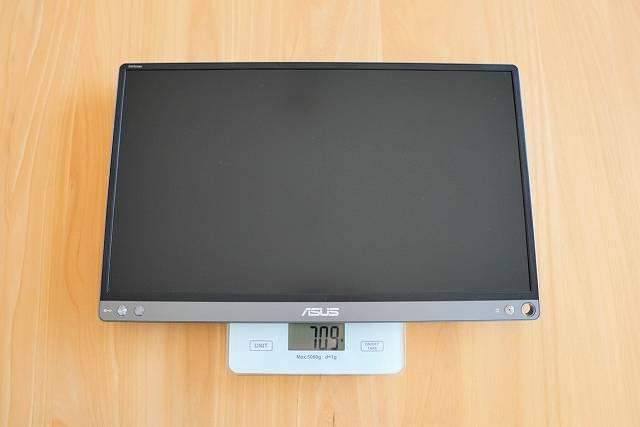 ASUS MB16ACE 本体のみの重量を計測している画像