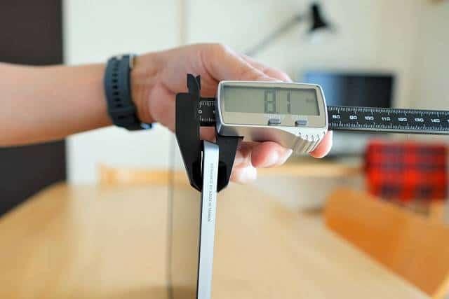 ASUS MB16ACE の厚みを計測している画像