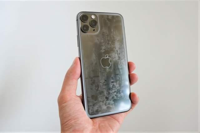 Rhinoshield CrashGuard NXに付属している背面保護フィルムをすりガラスのiPhoneに取り付けた状態の画像