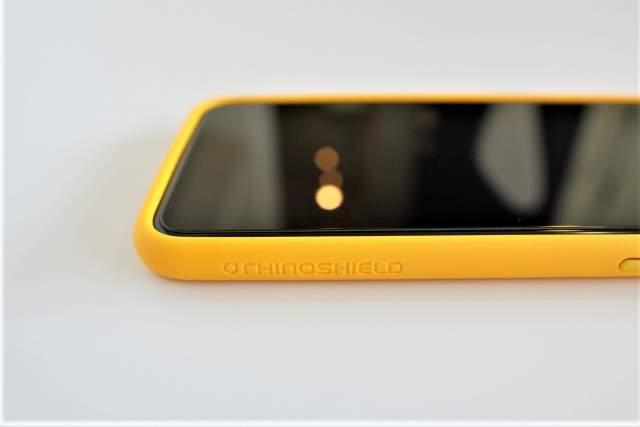 Rhinoshield CrashGuard NXをiPhone 11 Pro Maxに取り付けた状態でのロゴ部分の拡大画像