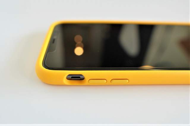 Rhinoshield CrashGuard NXをiPhone 11 Pro Maxに取り付けた状態でのミュートスイッチ部分の拡大画像