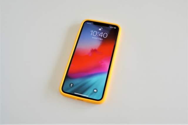 Rhinoshield CrashGuard NXをiPhone 11 Pro Maxに取り付けた状態でディスプレイが点灯している画像