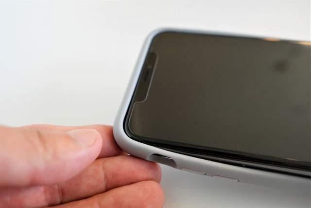 Rhinoshield CrashGuard NXをiPhoneに取り付けようとしている画像