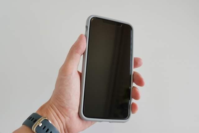 Rhinoshield CrashGuard NXを装着したiPhoneを握っている画像