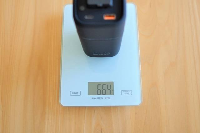 『RAVPower RP-PB054Pro』の重さを計測している画像