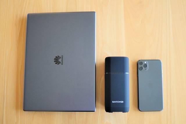 『RAVPower RP-PB054Pro』モバイルノートPCとスマホの大きさを比較した画像