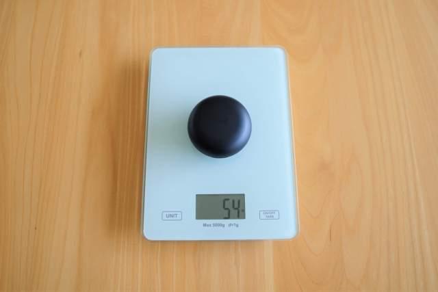 Tribit FlyBuds NC(BTHA1) の充電ケース込みの重量を計測している画像