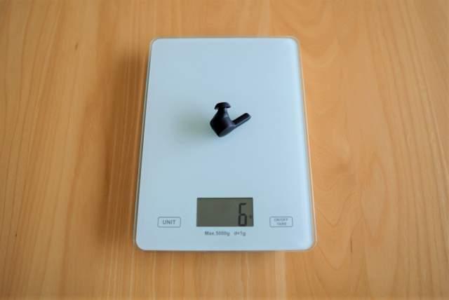 Tribit FlyBuds NC(BTHA1) のイヤホン単体の重量を計測している画像