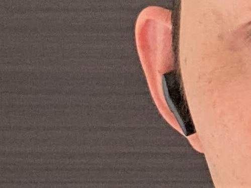 Tribit FlyBuds NC(BTHA1) を耳に装着した状態を正面から見た画像