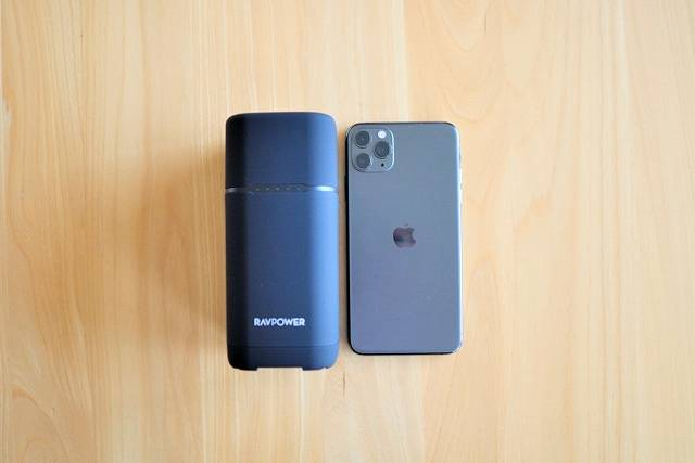 『RAVPower RP-PB054Pro』とiPhone 11 Pro Maxを比較した画像