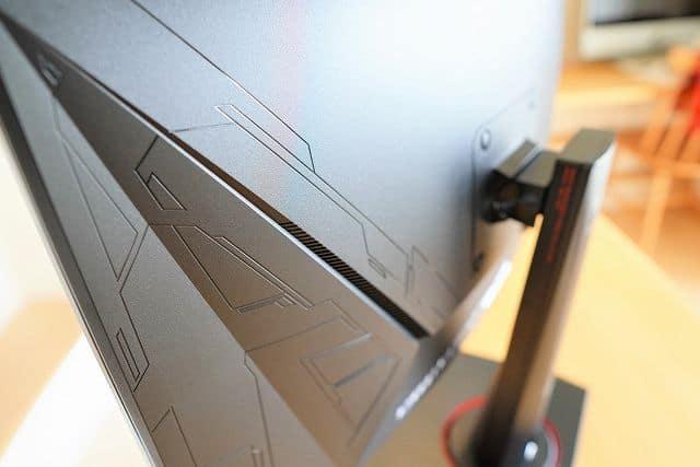 ASUS TUF Gaming VG27VQ のディスプレイ背面サイド部分スリットの画像