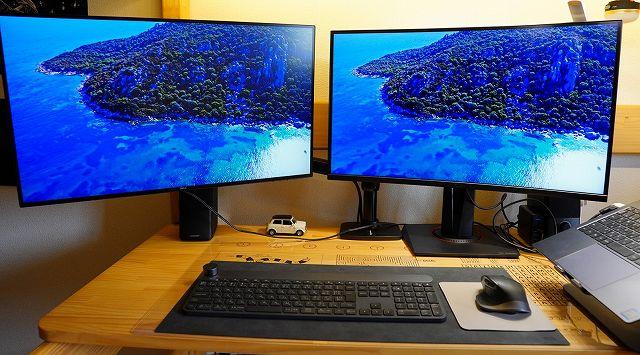 ASUS TUF Gaming VG27VQ とDELL U2720QMを並べた状態の画像