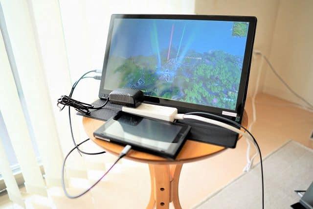 Geoyeao EVP-301に付属しているACアダプタを使ってスイッチを動かしている画像