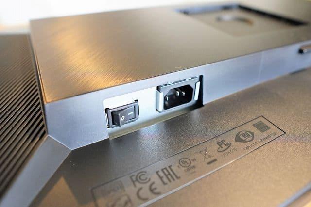 ASUS ProArt PA278QVの電源コネクタ部分の拡大画像