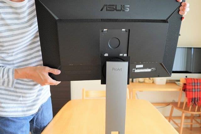 ASUS ProArt PA278QV本体をスタンドに固定しようとしている画像