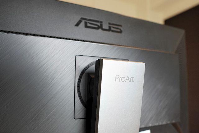 ASUS ProArt PA278QVの背面部分のASUSとProArtロゴ