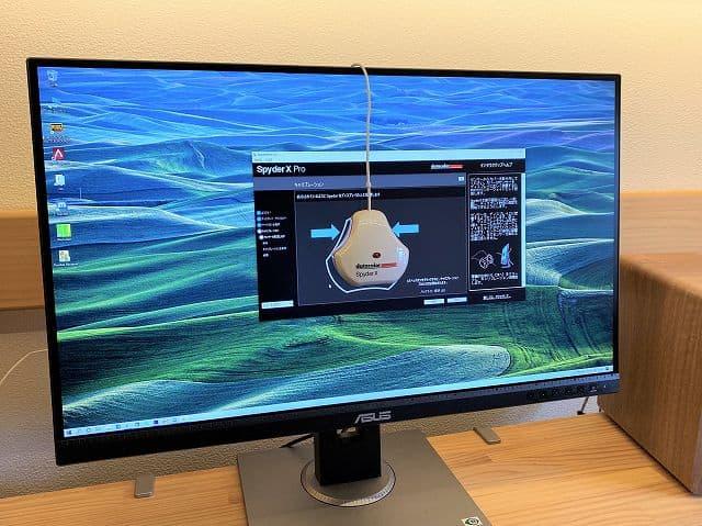 ASUS ProArt PA278QVの色域をキャリブレーションツールで測定している画像