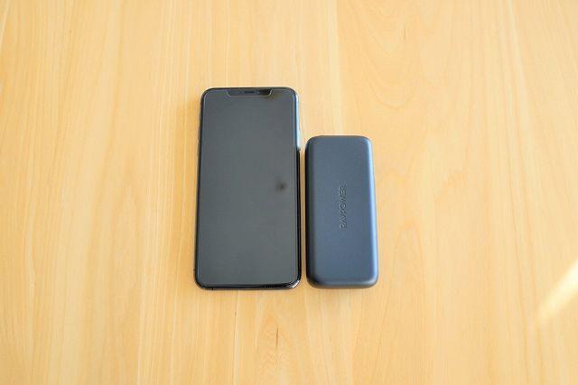 RAVPower RP-PB186 と iPhone 11 Pro Max を並べて大きさを比較した画像