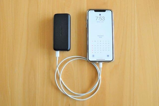 RAVPower RP-PB186 でiPhone 11 Pro Maxに充電している画像