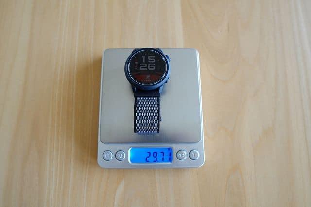 COROS PACE2の重さを計測している画像
