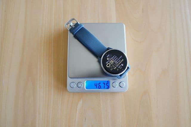 GARMIN VENUの重さを計測している画像