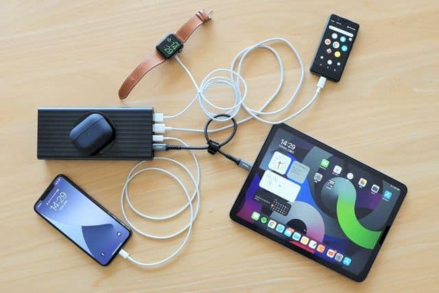 モバイルバッテリー SUPERで5台のデバイスに同時充電している様子