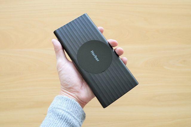 モバイルバッテリー SUPERを手に持った様子の画像